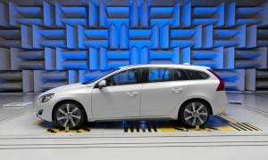 Une Volvo V60 Hybride en chambre anéchoïque.