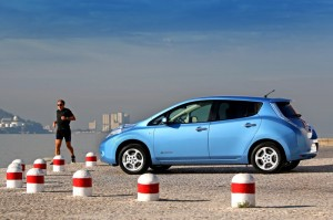 Le piéton n'entend pas la voiture électrique arriver (ici, une Nissan Leaf)