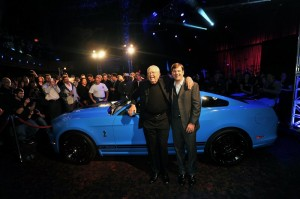 Carroll Shelby et Jim Farley (vice-président de Ford en charge du marketing)