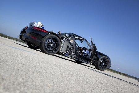 Coque et carrosserie 100% carbone pour compenser la prise de poids.