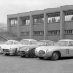 """Tous les coupés 300 SL Coupé avec, de droite à gauche : la W194 de course, le prototype de la W194 pour la saison 1953, la W198 de production et enfin la 300 SLR de course """"Coupé Uhlenhaut"""" (W196 S) de 1955."""