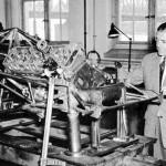 Rudolf Uhlenhaut admirant son oeuvre : un châssis de 300 SL W194 (1952)