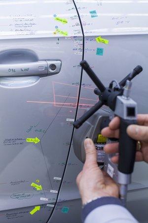 Mesure de l'ajustement aile-portière sur l'étalon de référence