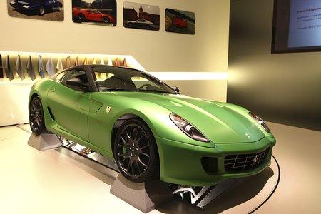 Ceci est une voiture verte. Ferrari 599 HY-KERS (Genève 2010)