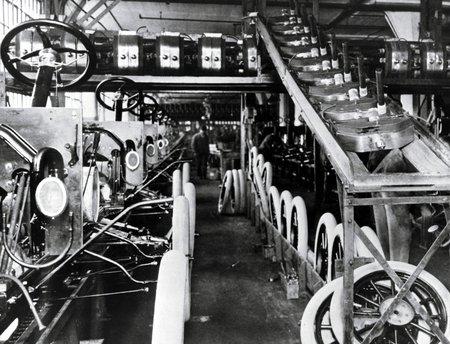 L'usine Ford de Highland Park (1913). Aujourd'hui il y a des robots en plus, mais sinon rien n'a changé !