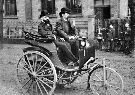 Carl Benz, au volant de sa Patent Motorwagen