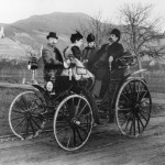 Bertha et Carl Benz (de face) en 1894