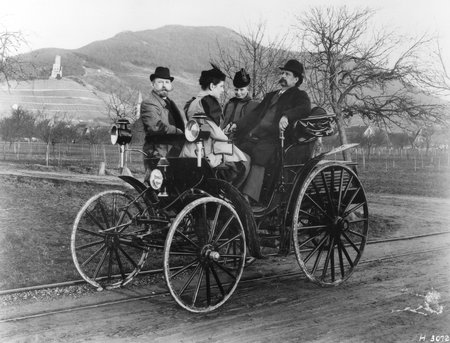 Bertha et Karl Benz (de face) en 1894