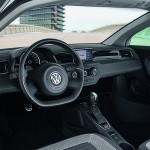 L'habitacle tout carbone de Volkswagen XL1. L'écran sur la contreporte est relié à une caméra latérale et remplace le peu aérodynamique rétroviseur.