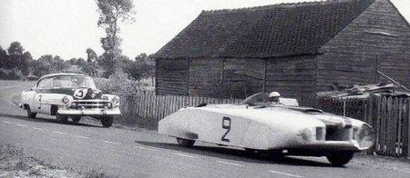 """La Cadillac De Ville """"Le Monstre"""" de Briggs Cunningham. Derrière, l'autre De Ville - de série celle-là - également engagée en 1950."""