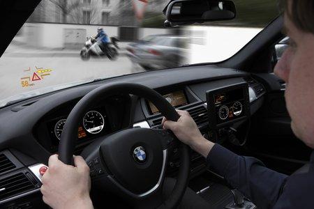 """La technologie """"Car-to-X"""" permet aussi d'éviter certaines collisions à des carrefours."""