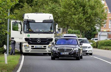La voiture autonome doit pouvoir s'adapter à toutes les situations : camion en panne sur le côté de la route...