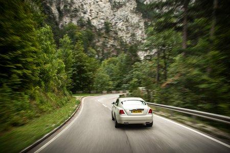 """La Rolls-Royce Wraith """"lit"""" la route grâce au GPS"""
