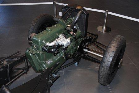 """Le moteur """"retourné"""" de la Traction Avant, avec la boîte de vitesses en porte-à-faux avant, et ses suspensions indépendantes."""