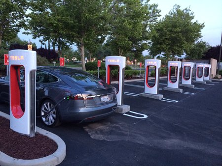 Une station Supercharger Tesla à Roseville, Californie (photo CC Flickr/Geek EV)