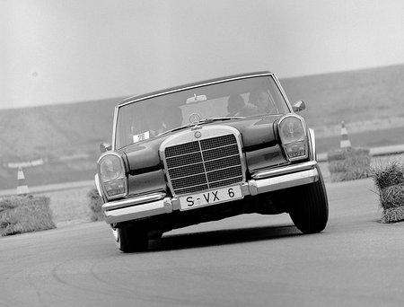 La Mercedes 600 et sa suspension hydropneumatique en action. Le confort était clairement la priorité !