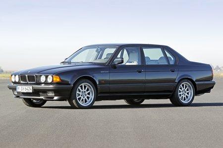 La BMW Série 7 E32 fut la première auto de série à pouvoir recevoir des phares au Xénon, en 1991.