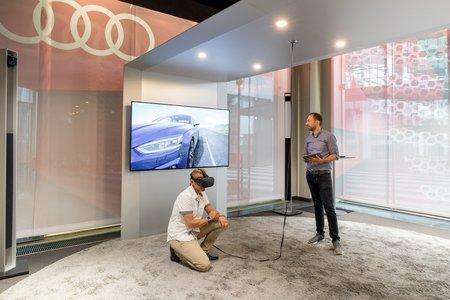 """Le casque de réalité virtuelle immerge le client """"dans"""" le configurateur."""