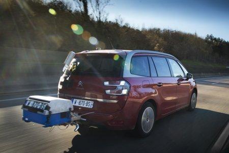 Un véhicule équipé d'un système de mesure des polluants en conditions réelles (PEMS)