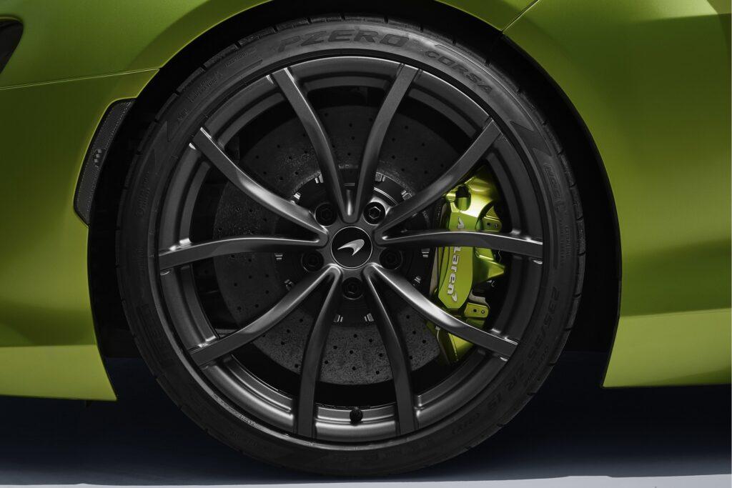 "La McLaren Artura inaugure des pneus Pirelli ""connectés""."